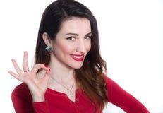 Nätt kvinna som visar det ok tecknet med fingrar Royaltyfria Foton