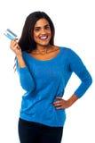 Nätt kvinna som visar hennes kreditkort royaltyfri bild