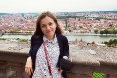 nätt kvinnabarn för stående Europeisk stad på bakgrund Royaltyfria Foton