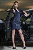 Nätt kvinnachaufför och hennes bil Arkivbild
