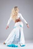 Nätt kvinnadans i den vita orientaliska dräkten Arkivbilder