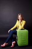 Nätt kvinnalopp med bagage Arkivfoto