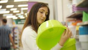 Nätt kvinnashopping för möblemang, exponeringsglas, disk och hem- dekor i lager stock video