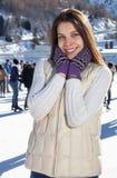 Nätt kvinnaskridskoåkningvinter utomhus och att le ansiktsbehandlingen Berg i bakgrunden Arkivfoton