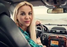 Nätt kvinnastående i bil Arkivbild