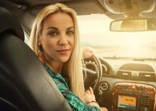Nätt kvinnastående i bil Arkivfoton