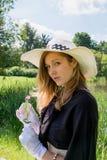 Nätt kvinnastående i sommar arkivbilder