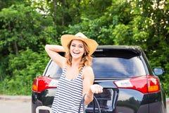 Nätt kvinnastående på bilstammen med resväskor Arkivfoton