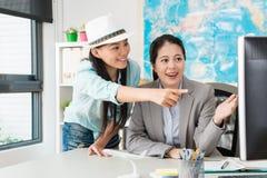 Nätt kvinnlig arbetare för resebyråmanföretagskontor arkivfoton