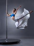Nätt kvinnlig dansare som vänder runt om pylonen Royaltyfria Foton