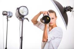 Nätt kvinnlig fotograf med den digitala kameran Arkivbilder