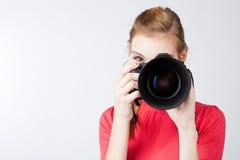 Nätt kvinnlig fotograf med hennes digitala kamera Arkivfoton
