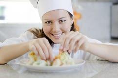 Nätt kvinnlig kock på arbete arkivfoton