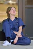 Nätt kvinnlig medicinsk professionell utanför kontor Arkivbilder