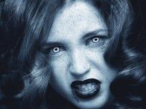 Nätt kvinnlig modemodell som poserar i studio med mörkt gotiskt smink royaltyfri bild