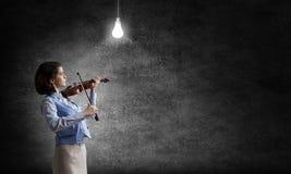 Nätt kvinnlig violinist Royaltyfria Bilder