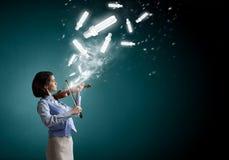 Nätt kvinnlig violinist Royaltyfri Foto