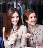 Nätt kvinnor har kreditkorten som betalar Royaltyfria Foton