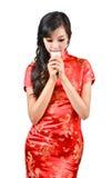 Nätt kvinnor med den kinesiska traditionella klänningen Cheongsam och drinki Royaltyfri Foto