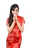 Nätt kvinnor med den kinesiska traditionella klänningen Cheongsam och drinki Fotografering för Bildbyråer