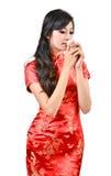 Nätt kvinnor med den kinesiska traditionella klänningen Cheongsam och drinki Royaltyfri Fotografi