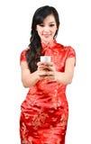 Nätt kvinnor med den kinesiska traditionella klänningen Cheongsam och drinki Royaltyfria Bilder