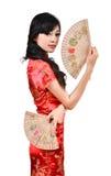 Nätt kvinnor med den kinesiska traditionella klänningen Cheongsam och spela golfboll i hål C Royaltyfria Foton