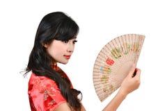 Nätt kvinnor med den kinesiska traditionella klänningen Cheongsam och spela golfboll i hål C Arkivbild