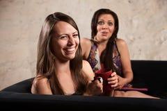 Nätt kvinnor som tillsammans skrattar Arkivfoto