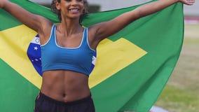 Nätt löpare från Brasilien som överför luftkyssen och tycker om seger i konkurrens arkivfilmer