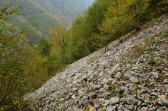 Nätt landskap på en brant kulle med en stenig jordning royaltyfri foto