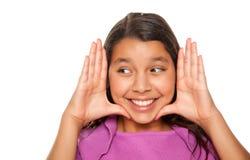 Nätt latinamerikansk flicka som inramar hennes framsida med händer Royaltyfria Bilder