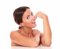 Nätt latinsk kvinna som visar henne kvinnlighet Fotografering för Bildbyråer