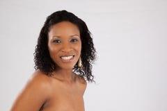 Nätt le för svart kvinna Arkivfoto
