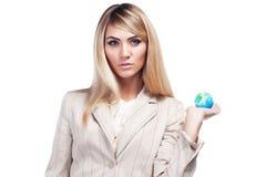 Nätt le kvinna som rymmer ett världsjordklot. Affärskvinna Arkivbilder