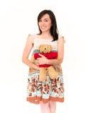 Nätt le ung kvinnlig omfamning Teddy Toy Royaltyfri Foto