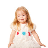 Nätt liten flicka i en härlig vitklänning Arkivfoton