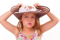 Nätt liten flicka i en stor hatt Royaltyfri Foto