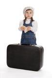 Nätt liten flicka med boken och resväskan Royaltyfri Foto