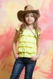 Nätt liten flicka med den gulliga framsidan i västra cowboyhatt Royaltyfria Foton