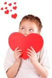 Nätt liten flicka med en stor röd hjärta för valentin dag Royaltyfria Foton