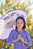 Nätt liten flicka med ett slags solskydd Royaltyfri Foto