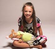 Nätt liten flicka med musen Arkivbild