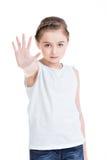 Nätt liten flicka som kräver stoppet med hennes hand. Fotografering för Bildbyråer