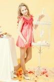 Nätt liten flicka som poserar i elegant rosa färgklänning Royaltyfri Fotografi