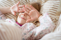 Nätt liten flicka som spelar efter vaket i morgonen royaltyfri foto