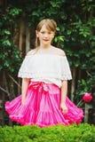 Nätt liten flicka som spelar i en härlig trädgård Royaltyfri Fotografi