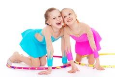 Nätt liten flicka som två gör gymnastik Royaltyfri Fotografi