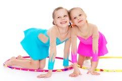 Nätt liten flicka som två gör gymnastik Fotografering för Bildbyråer