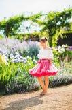 Nätt liten flicka som utanför spelar Royaltyfria Bilder